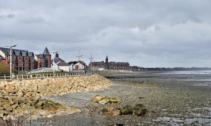 Eb de Ierse Overzees en promenade van Newcastle stock afbeeldingen