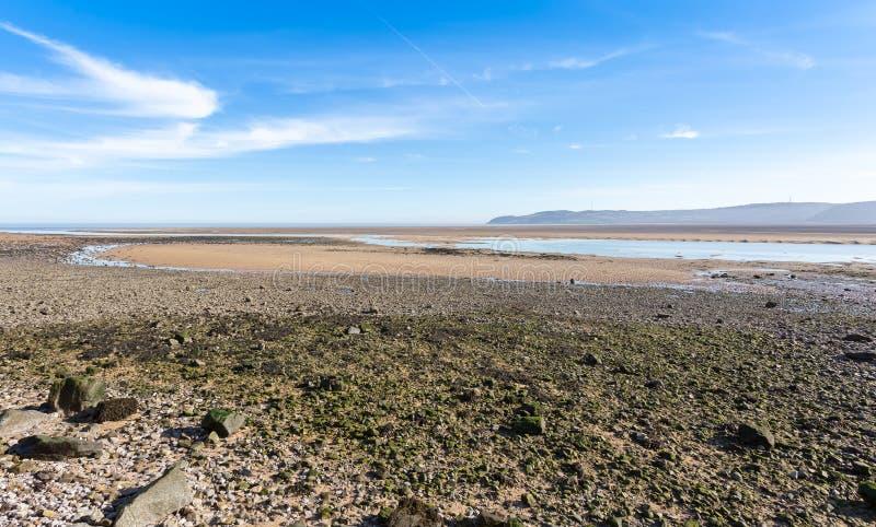 Ebbe an der roten Kaibucht in Anglesey stockbilder