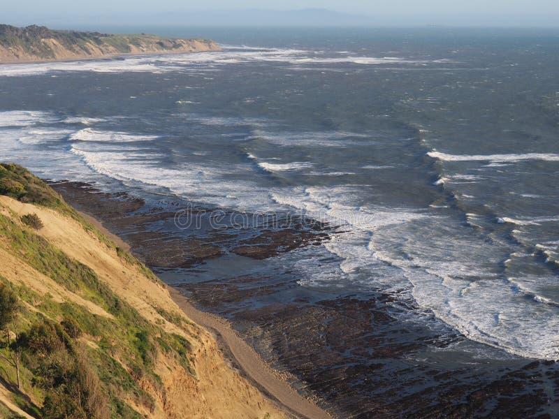 Ebbe entlang Pazifikküste in Marin County, Kalifornien stockbild