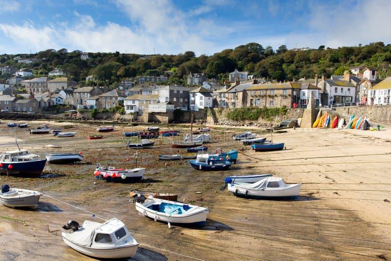 Ebbe und Boote im englischen Hafen lizenzfreie stockfotografie