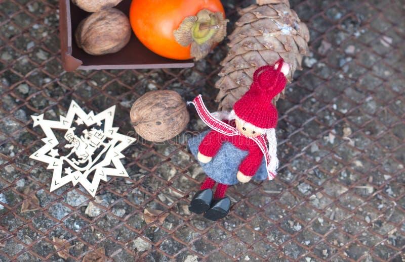 Ebbehout, okkernoten, sparappel en van het Nieuwjaar speelgoed stock fotografie