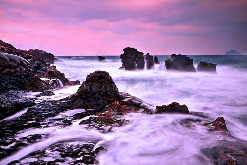 Ebbing przypływ w Tajwańskim północnym wybrzeżu zdjęcia royalty free
