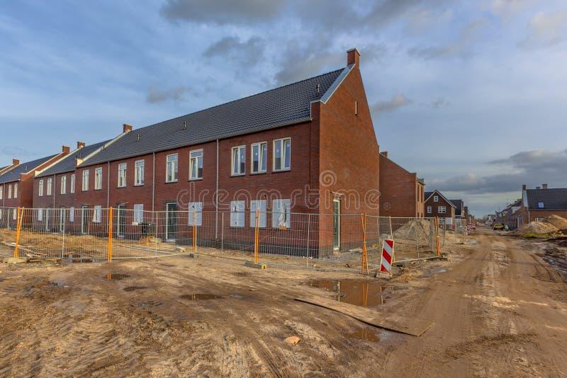 Eben errichtete Häuser auf Baustelle stockbilder
