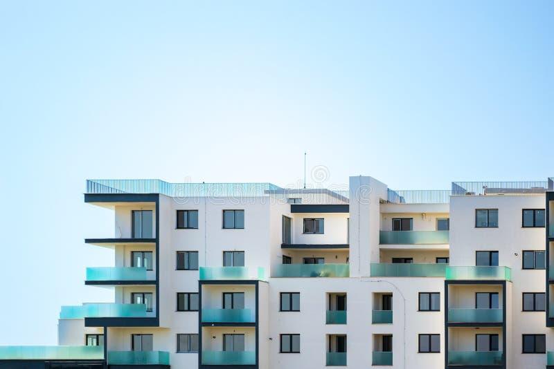 Eben errichtete Wohnanlage auf einem hellen blauen Himmel, mit Raum für Text auf die Oberseite Oberer Teil eines weißen Gebäudes stockfotos