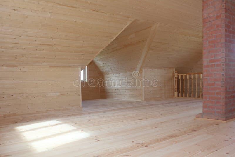 Eben errichteter und gegenübergestellter Dachboden mit Ziegelsteinkamin und hölzernem Geländer lizenzfreies stockfoto