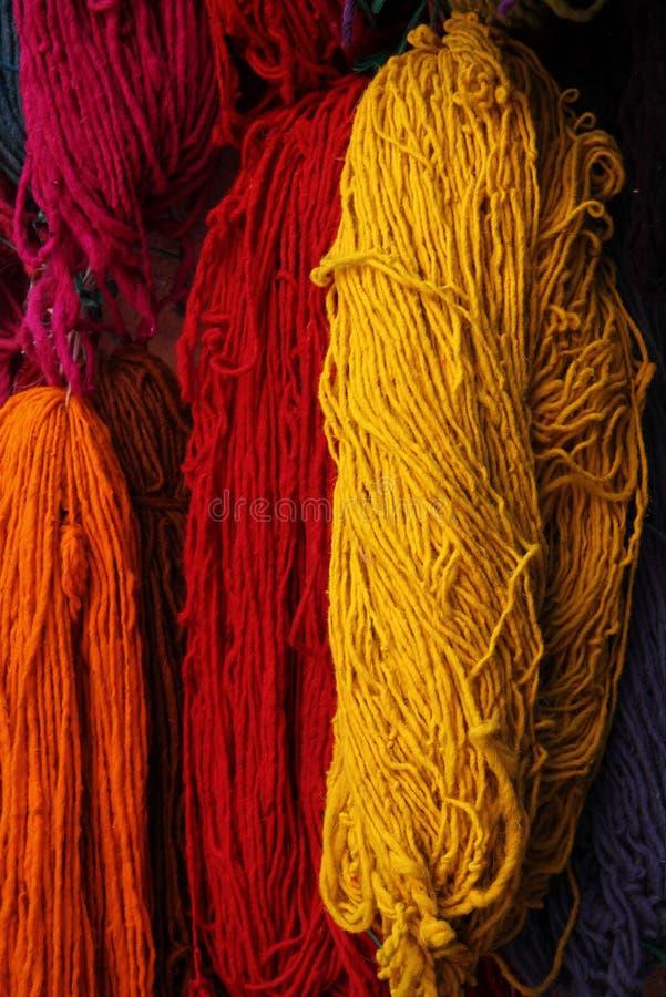 Eben gefärbte Wollen Marokko lizenzfreie stockfotos