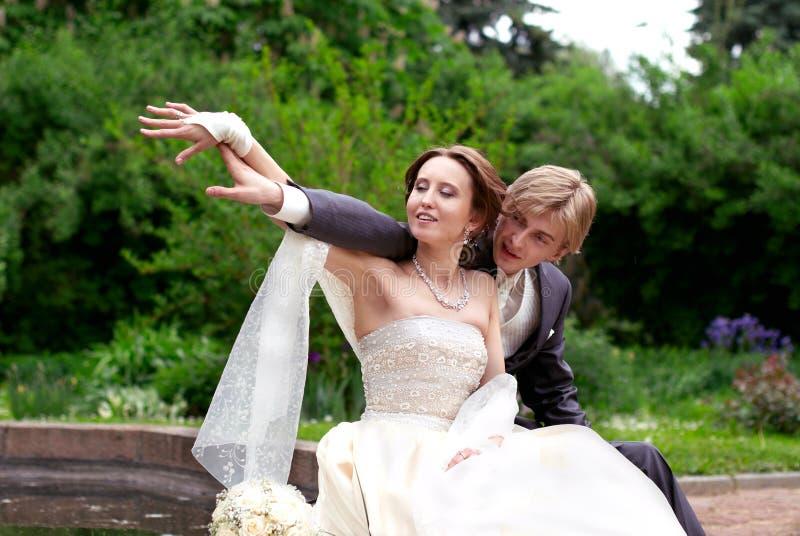 Eben geheiratet im Park lizenzfreie stockbilder