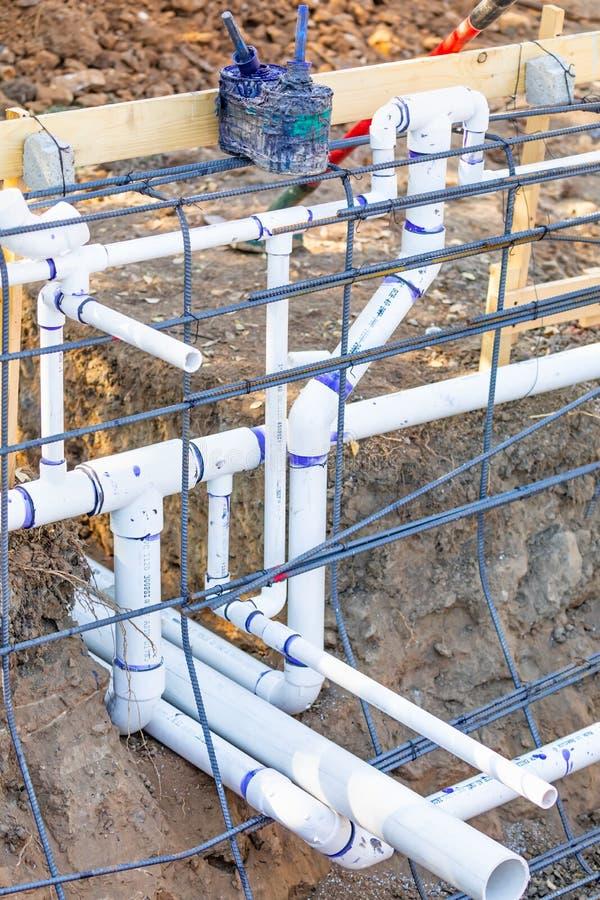 Eben installiertes PVC, das Rohre und Stahlrebar-Konfiguration plombiert lizenzfreie stockfotografie