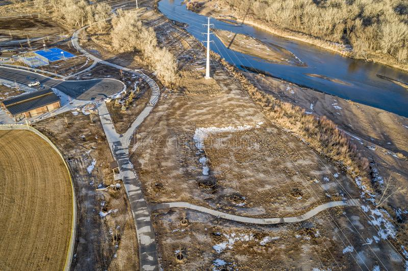 Eben umgebaute Flussuferparkvogelperspektive lizenzfreies stockbild