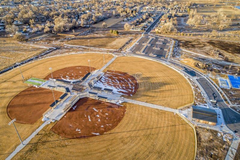 Eben umgebaute Flussuferparkvogelperspektive stockbild