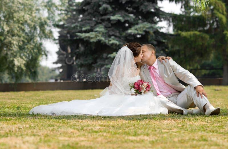Eben verheiratetes Paar stockfotos