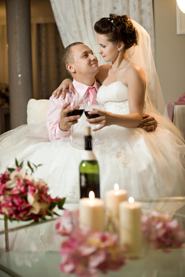 Eben verheiratetes Paar stockfotografie