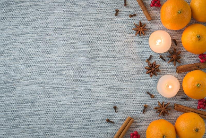 Ebene gelegte Saisonanordnung für Orangen, Gewürze und Kerzen lizenzfreies stockbild