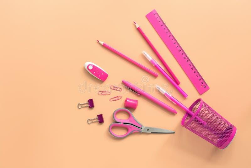 Ebene gelegtes rosa Briefpapier auf einem Pastellhintergrund Draufsicht, Kopienraum Glas, Scheren, Bleistift, Stift, Machthaber,  lizenzfreie stockfotografie