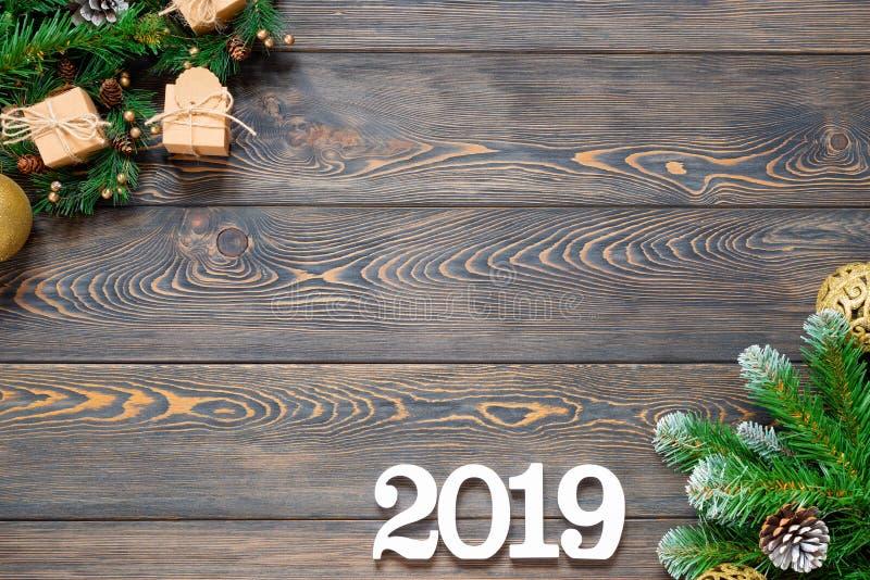 Ebene legen mit Kalender 2019, Bleistiften und Weihnachtsspielwaren auf Holzoberfläche stockfotos