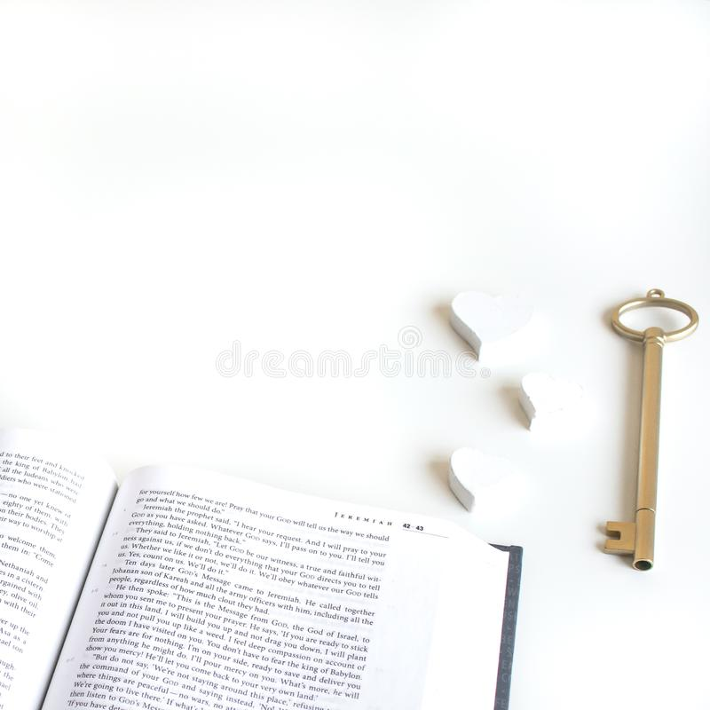 Ebene legen mit verschiedenen Zus?tzen; Blumenblumenstrau?, rosa Rosen, offenes Buch, Bibel lizenzfreie stockfotos