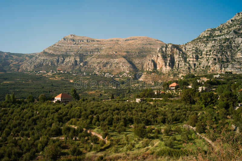Ebene und Dorf Aqoura lizenzfreies stockbild