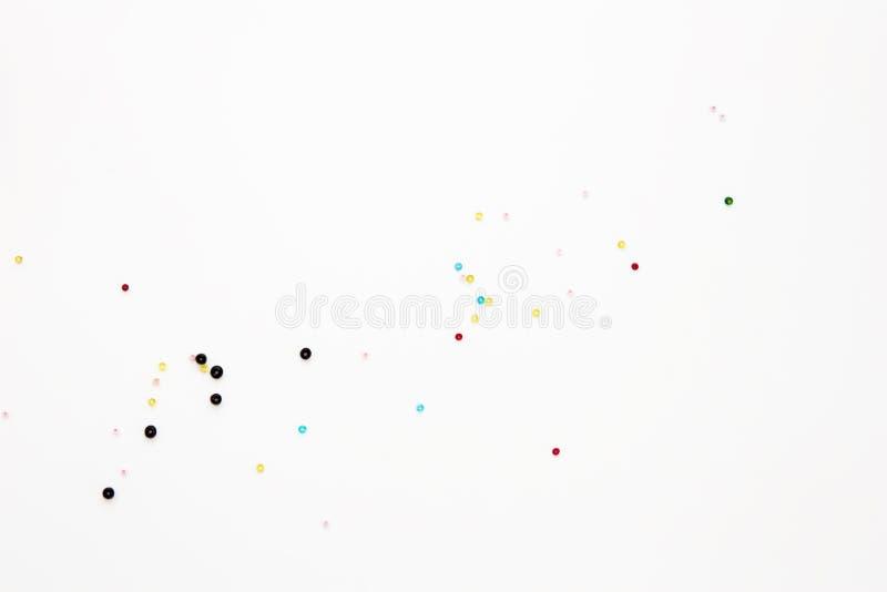 Ebenenlage mit bunten perler Perlen, Spott oben, Draufsicht Kleines Perlenmodell des Plans auf leerem weißem Hintergrund für Näha vektor abbildung