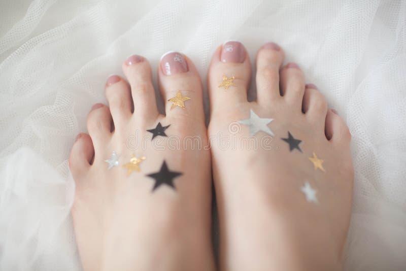 Ebener Aufkleberstern auf Ihren Füßen lizenzfreie stockfotografie