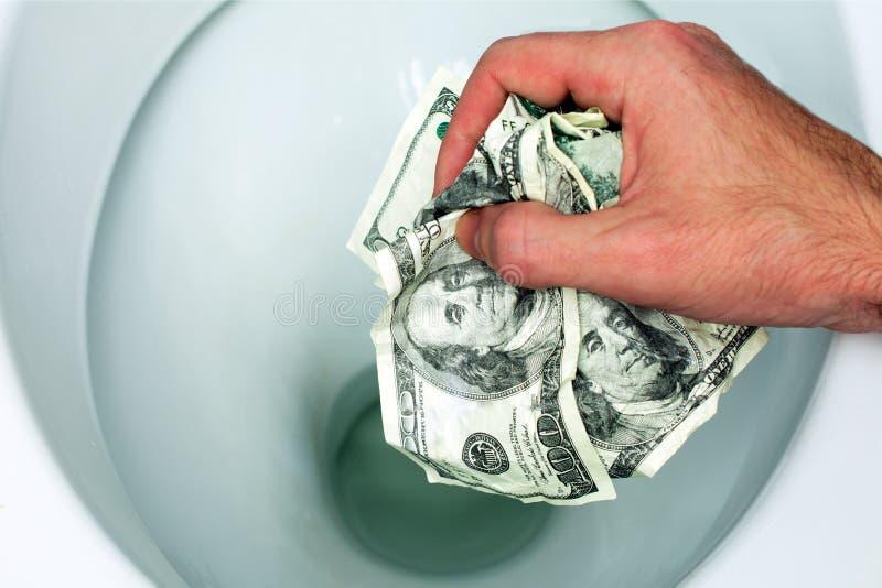 Ebenes Geld hinunter die Toilette lizenzfreie stockbilder