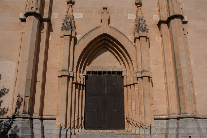 Ebenholtssvart dörr i gammal kyrka arkivbild