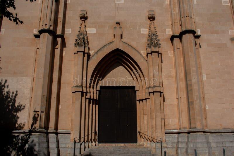 Ebenholtssvart dörr i gammal kyrka royaltyfria bilder