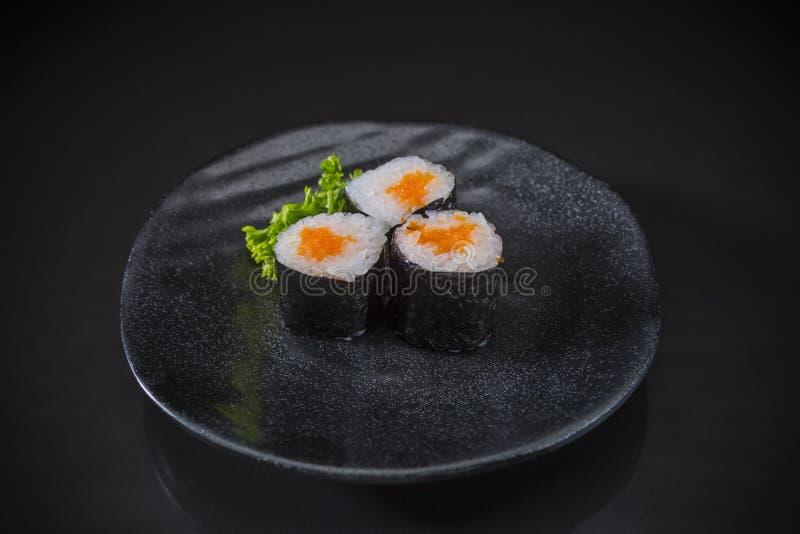 Ebiko desempenhou serviços no prato cerâmico japonês tradicional fotos de stock