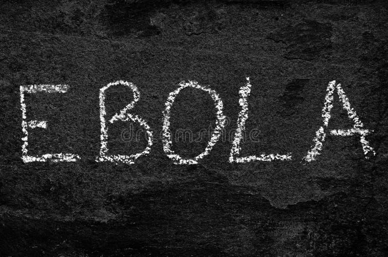Ebola слова написанное с мелом на черном камне стоковые фото