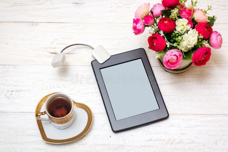 Ebook和茶在白板的 库存照片