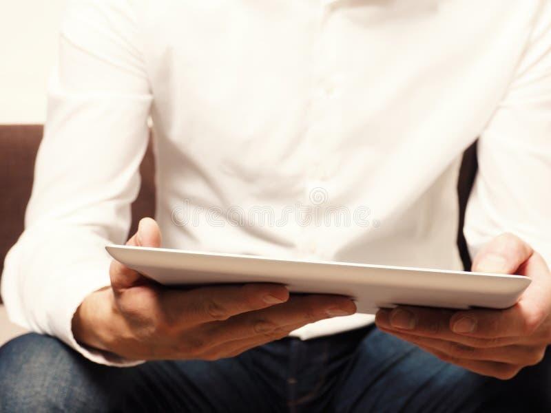 读ebook的商人 免版税图库摄影