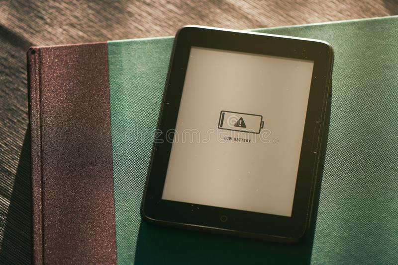 EBook в низкой батарее стоковое фото