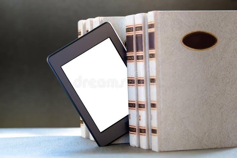 Ebook и старые книги на таблице стоковые изображения rf