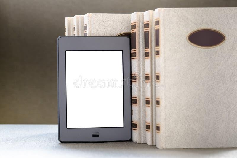 Ebook и старые книги на таблице стоковое фото
