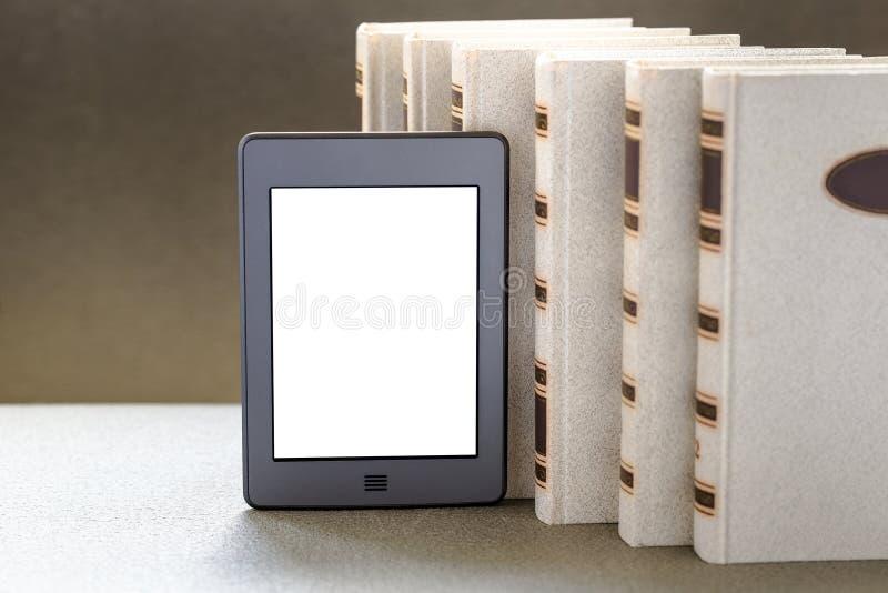 Ebook и старые книги на таблице стоковые изображения