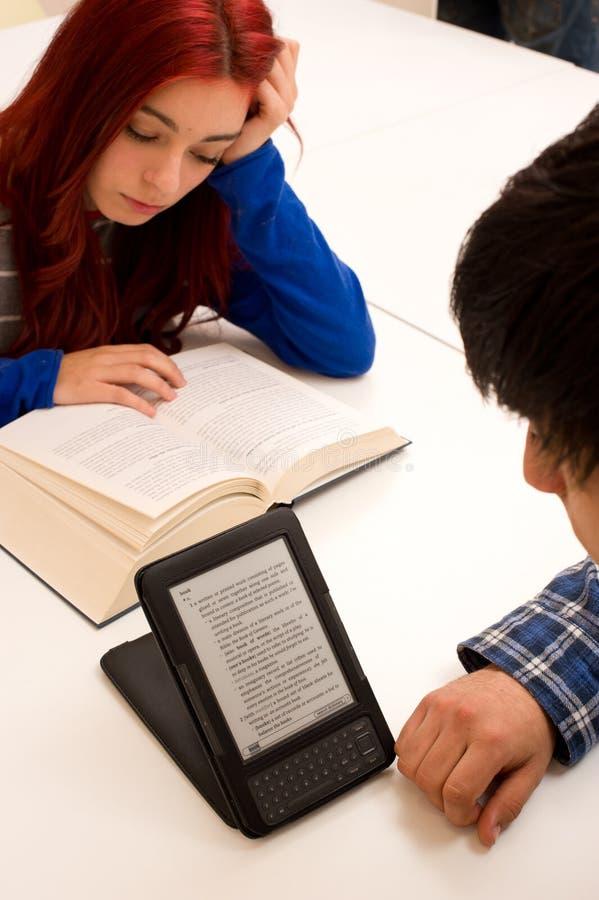 Ebook contre le livre de papier images libres de droits