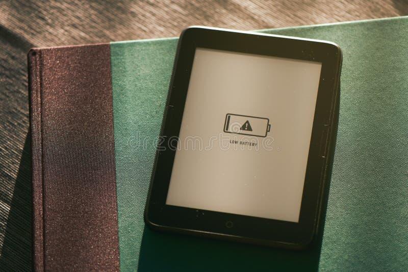 EBook in der schwachen Batterie stockfoto