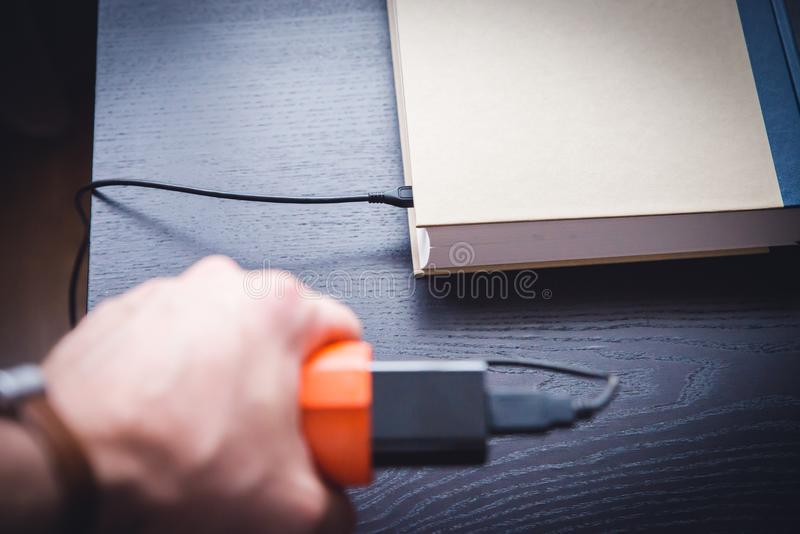 EBook en boek aan kabel wordt verbonden die stock afbeeldingen