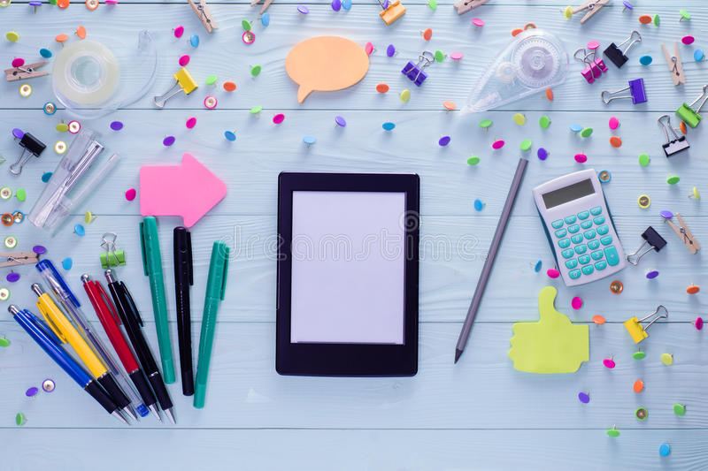 EBook en heldere kleurrijke kantoorbehoeftenpunten royalty-vrije stock afbeeldingen