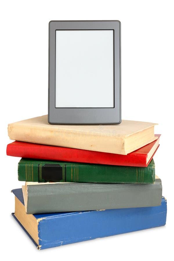 Ebook en la pila de libros viejos imagenes de archivo