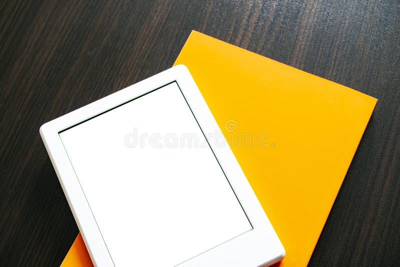 EBook et livre de papier sur la table Concepts d'auto-éducation Vous pouvez ajouter votre propre texte ou image photo stock
