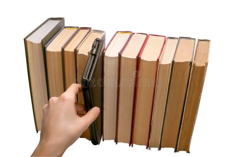 EBook gegen alte Bücher stockfotografie