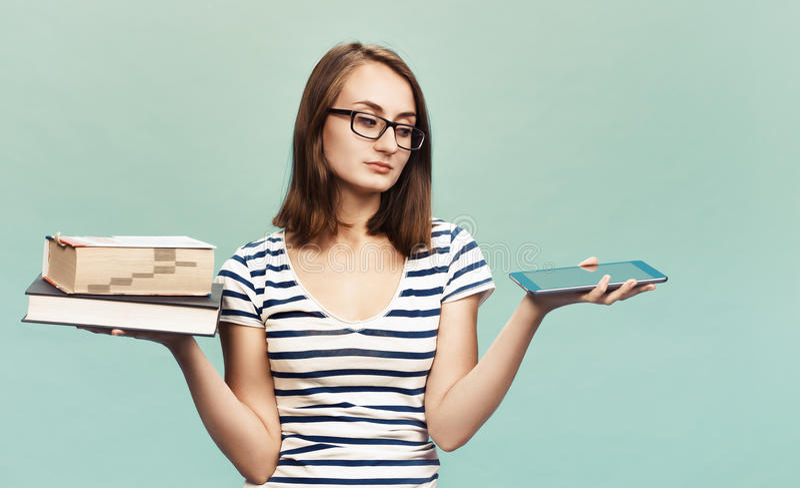 Ebook gegen Buch lizenzfreie stockfotografie