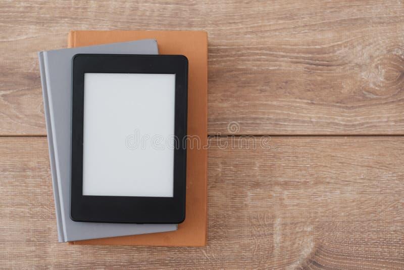 EBook-Leser auf Büchern lizenzfreie stockfotos