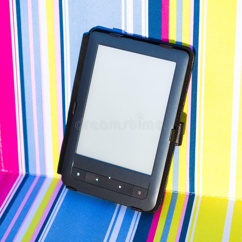 EBook-Leser auf dem Stuhl stockfotos