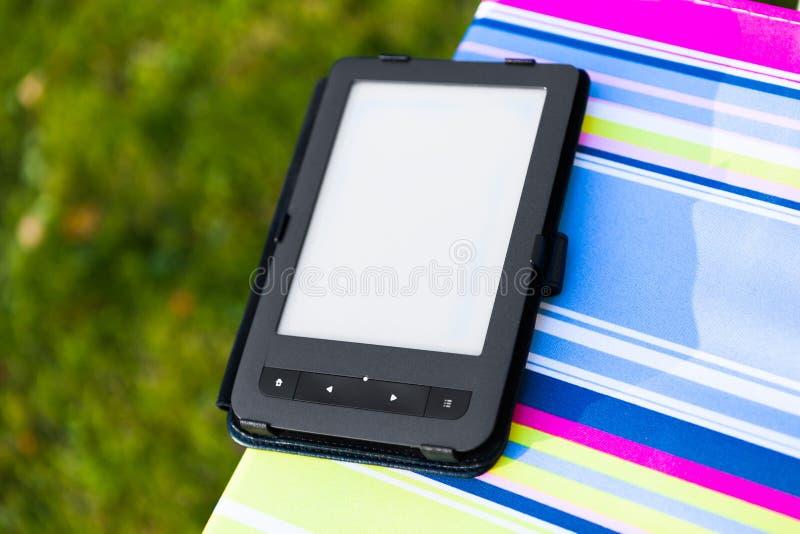 EBook-Leser auf dem Stuhl stockfoto