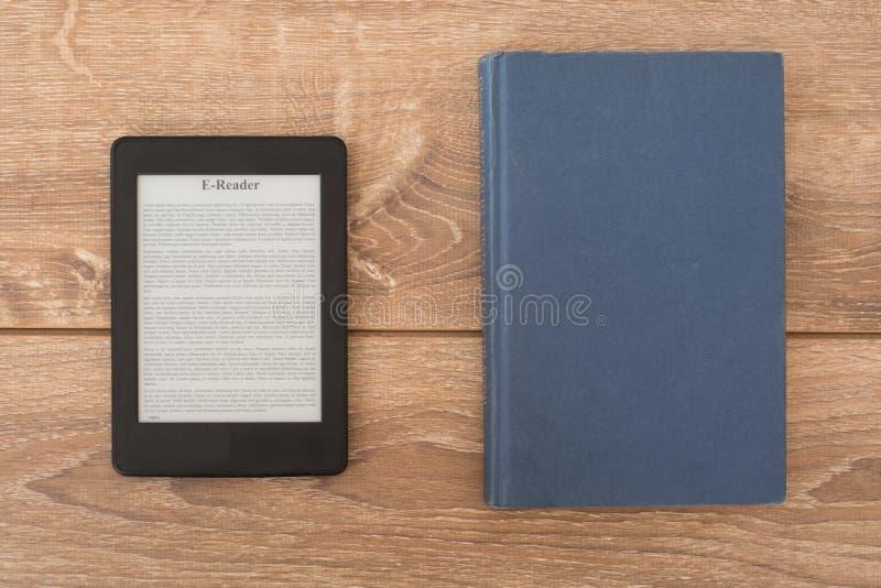 EBook-Leser auf einem Stapel Büchern stockfotos