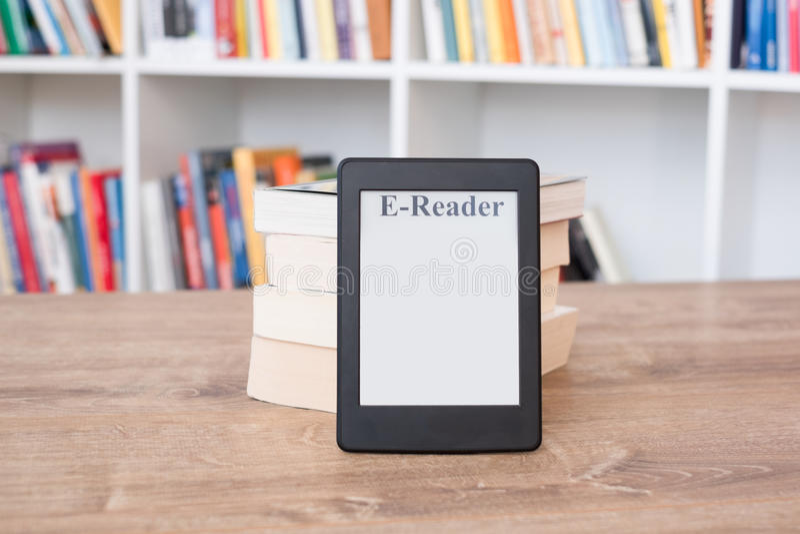 EBook-Leser auf einem Stapel Büchern lizenzfreie stockfotografie