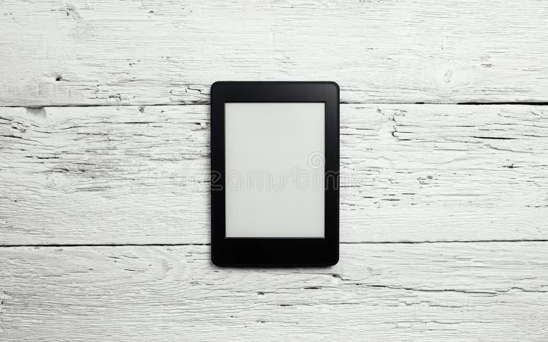 EBook-Leser oder Tabletten-PC auf Holz lizenzfreies stockfoto