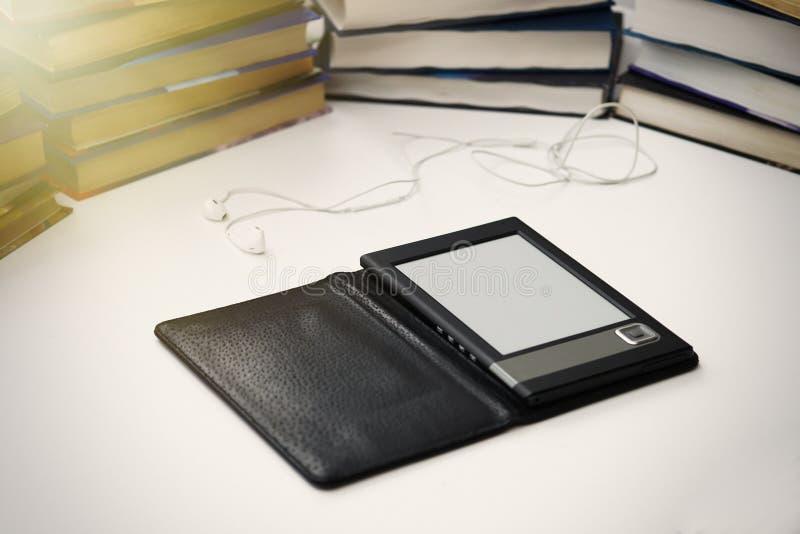 EBook ligt op een witte lijst aangaande een achtergrond van document boeken stock afbeelding