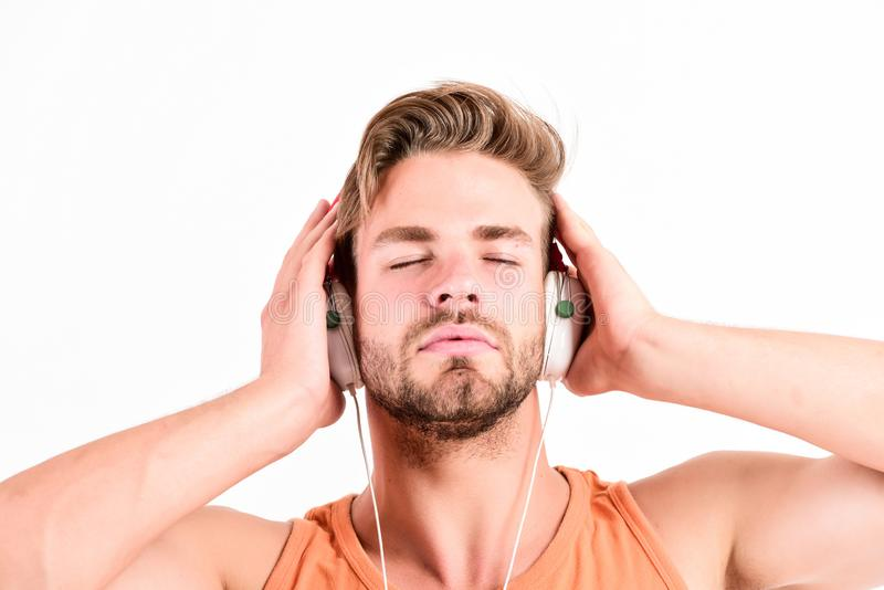 Ebook och online-utbildning Musikutbildning den sexiga muskulösa mannen lyssnar ebook man i hörlurar som isoleras på vit E-bok arkivfoton